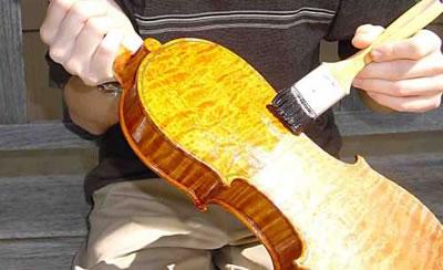 提琴上漆<