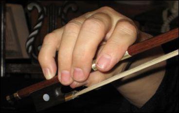 小提琴运弓时握弓的手型