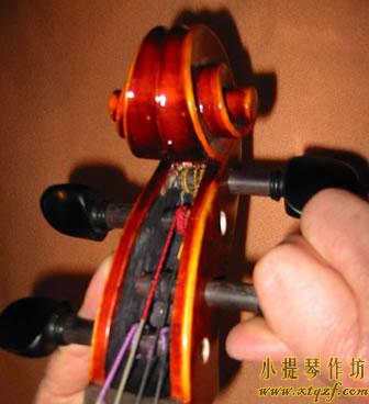 拧大提琴弦轴