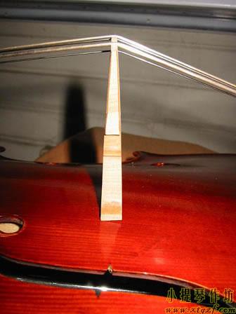 大提琴琴码倾斜的样子