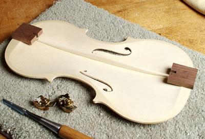 小提琴低音樑在面板上的位置