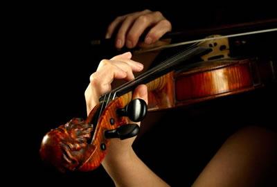 小提琴左手持琴姿势图