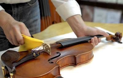 清洁小提琴去除松香粉末的方法