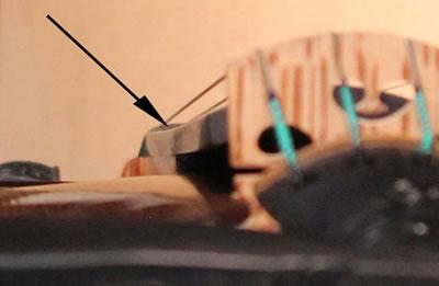提琴指板变形下榻或上翘的检测方法