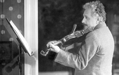 爱因斯坦演奏小提琴