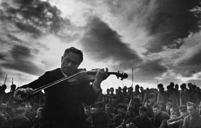 把提琴拉得低沉些