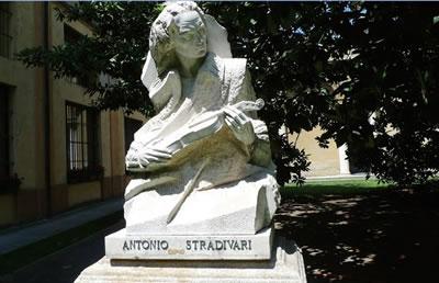 斯特拉迪瓦里雕像